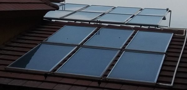 campo de 14 paneles solares fototermicos