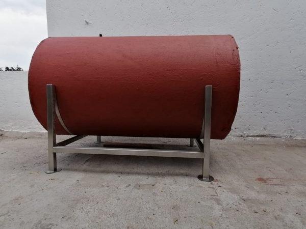 fotografia de tanque rojo de 750 litros